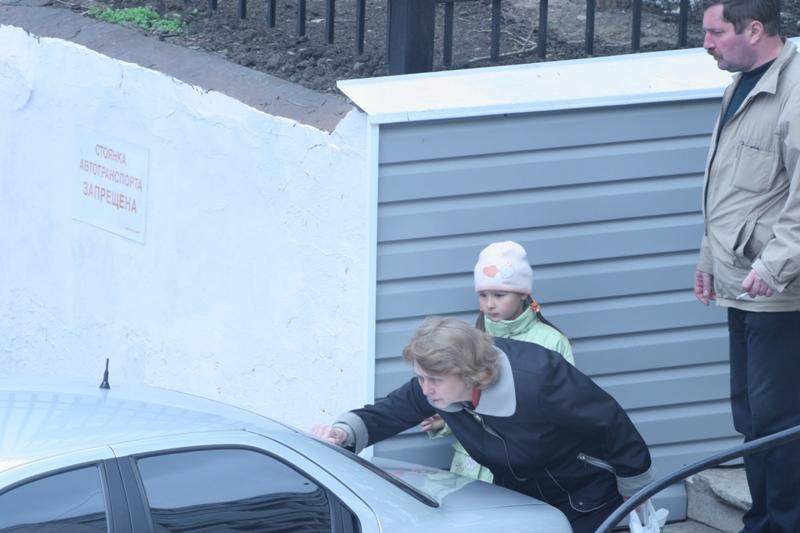 Блондинка на парковке