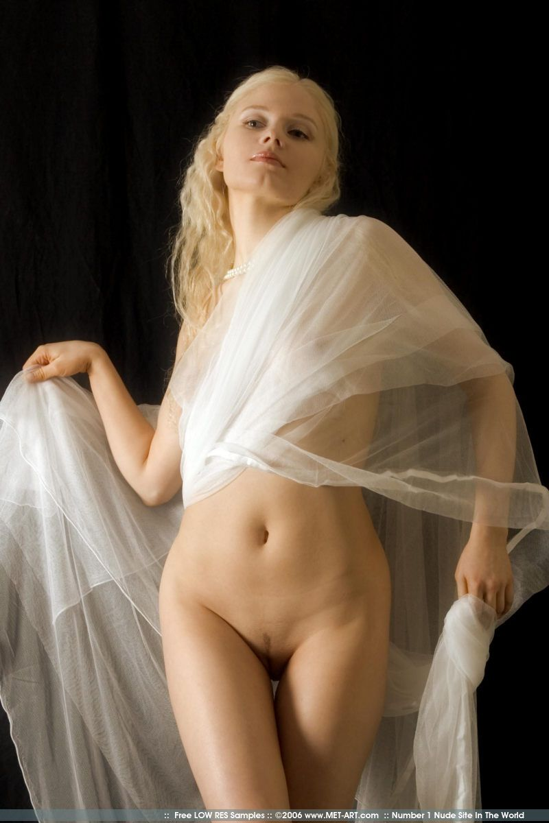Красивая блондинка Лола в очередной раз приходит в фото студию что бы