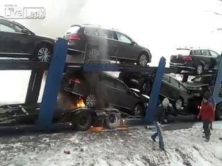 На автовозе горят новые машины