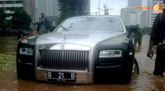 rolls-royce ghost, машина в воде,
