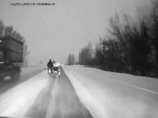 Необычная картина на зимней трассе