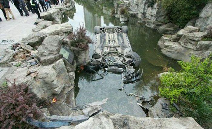 mercedes-benz sls amg, утопили машину, машина в воде