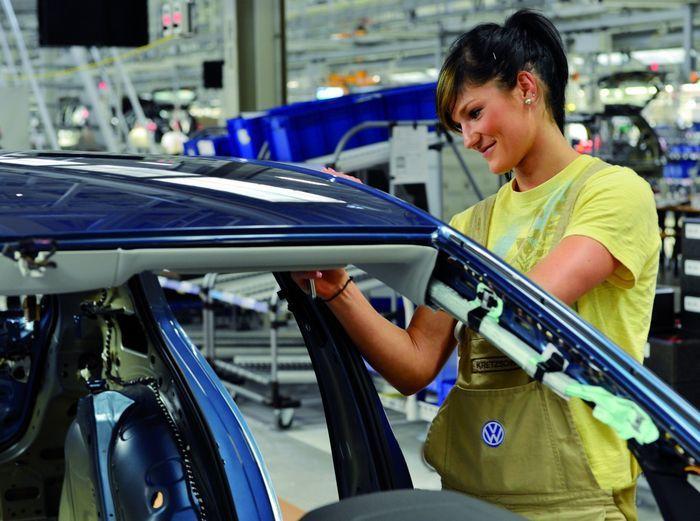 девушки и авто, завод, автозавод. производство авто