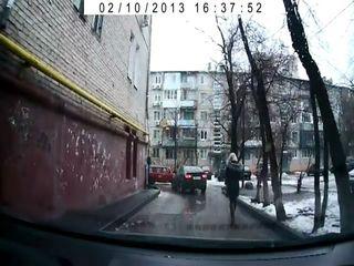 Таксист попытался украсть сумки