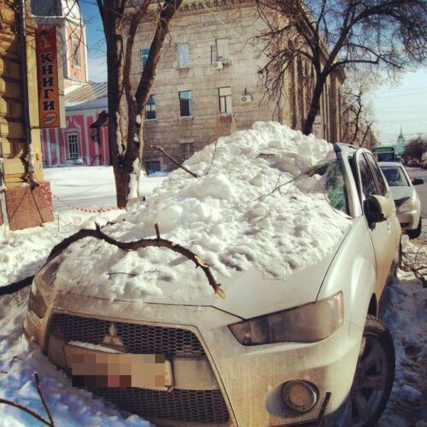 снег с крыши, лавина снега, испортил машину
