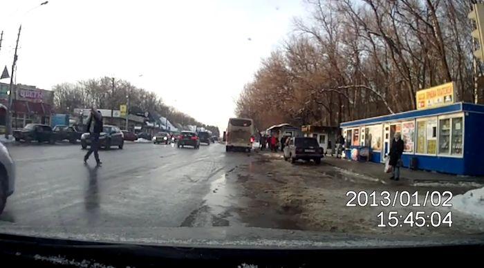 авто, драка на дороге, дорожные разборки, драка на дороге, тупой пешеход