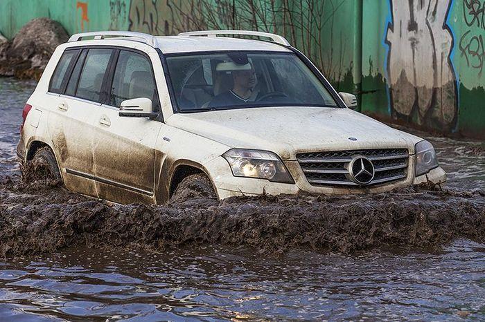 авто, большая лужа, дорога в воде, водное препятствие