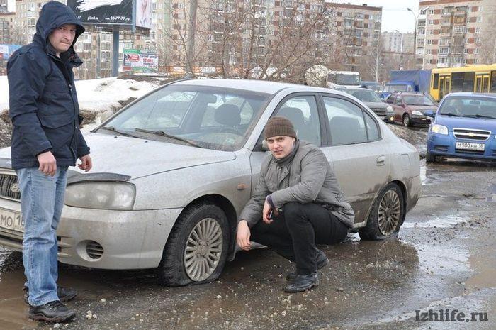 авто, пробил колесо, коммунальщики, дорожная служба, разбитая дорога,