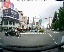 Китайский мотоциклист улетел
