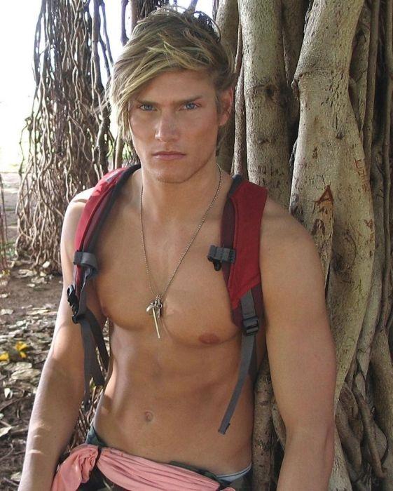 Накаченный блондин и красивая брюнетка в красивом интерьере