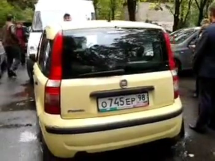 Женщина-водитель не пропустила скорую помощь (видео)