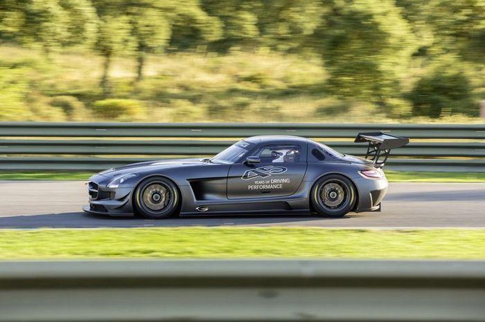 Компания Mercedes-Benz представила SLS AMG GT3 45th Anniversary (10 фото)