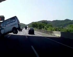 Водитель микроавтобуса не заметил препятствие