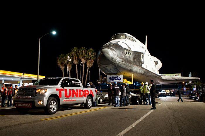 Пикап Toyota Tundra отбуксировал 70-тонный шаттл в музей (4 фото+2 видео)