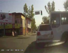 Автобус проехал на красный свет