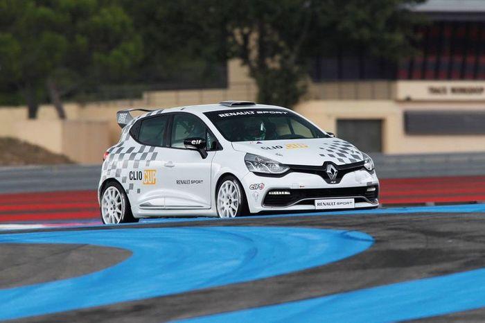 Clio Cup - новая спортивная разработка от компании Renault (3 фото)