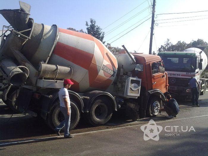 Рискуя жизнью, водитель бетономешалки спас людей на остановке от неуправляемого КАМАЗа (4 фото)