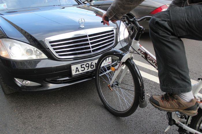 Велосипедист против правительственного Мерседеса (13 фото)
