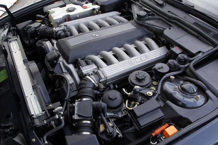 В компании BMW отмечают 25-летие своего 12-цилидрового мотора (50 фото)
