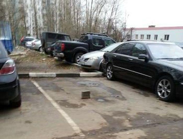 И никаких столбиков и цепей на парковке не нужно (2 фото)
