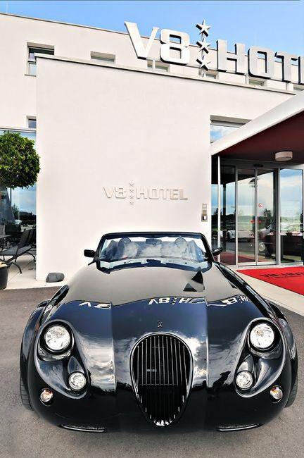 Знаменитый немецкий отель в автомобильном стиле V8 Hotel (23 фото)