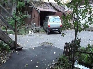 Женщина на Оке заезжает в гараж