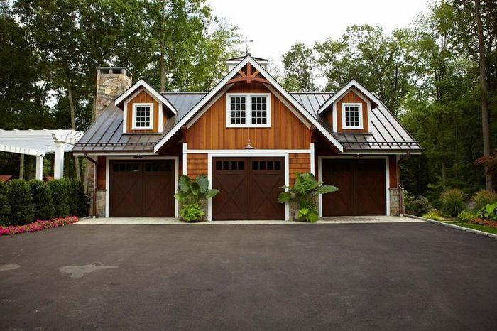 Обычный с виду домик, может даже с гаражом (19 фото)