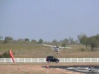 Самолет протаранил автомобиль