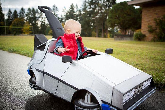 Родители смастерили коляску в стиле Назад в будущее (11 фото)