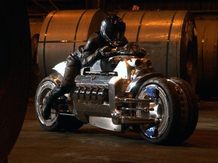 Реплика на мотоцикл Dodge Tomahawk с мотором V10 (6 фото)