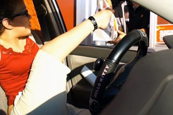 Девушка без обеих рук управляет автомобилем (2 видео)