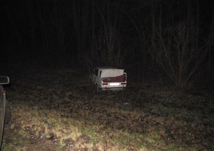 При попытке задержания вожитель и пассажир выпрыгнули из машины на ходу (10 фото)