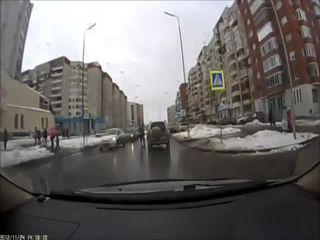 Обиженный пешеход бьет машину