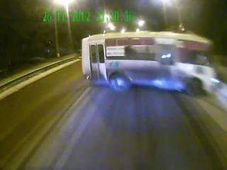 Камаз протаранил автобус