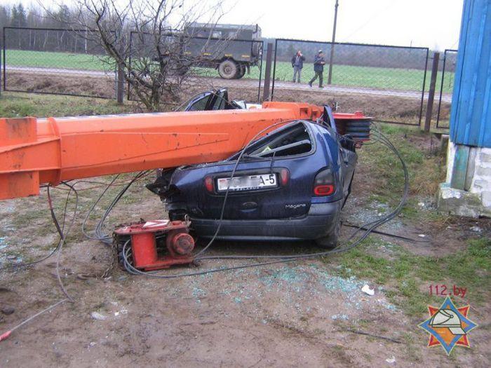 падение крана, кран упал, испортил машину
