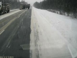Лесовоз опрокинулся на трассе М-1