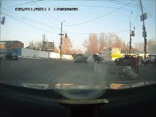 Женщина за рулем ВАЗ 2109 едет на красный