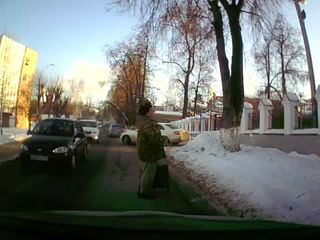 Дед на дороге