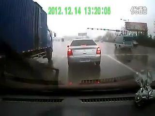 Стоишь себе в Китае на светофоре