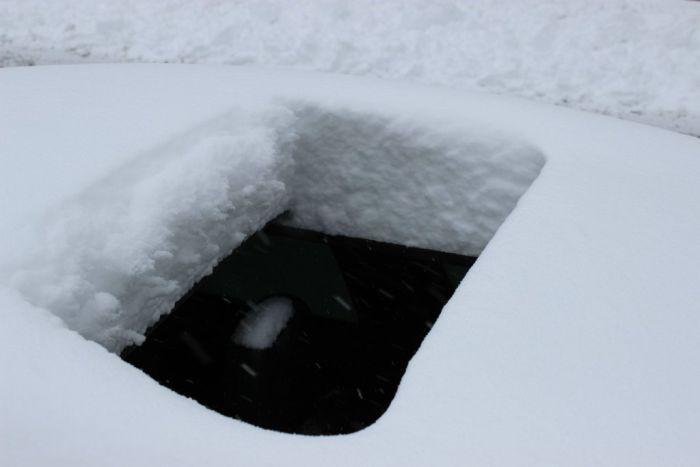 снег в машине, открытый люк
