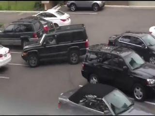 Девушка выезжает с парковки