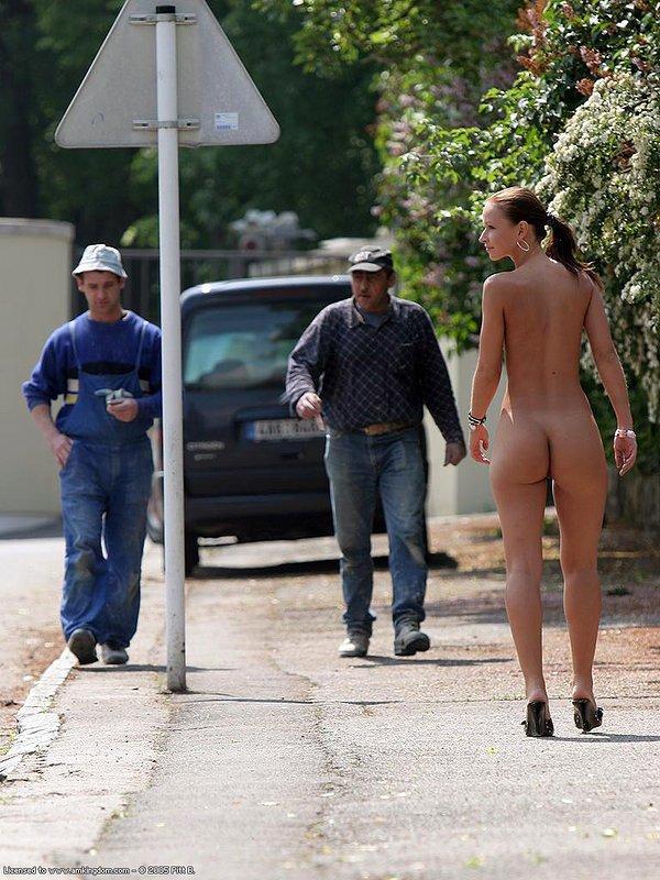 Палкой по голому заду на улице