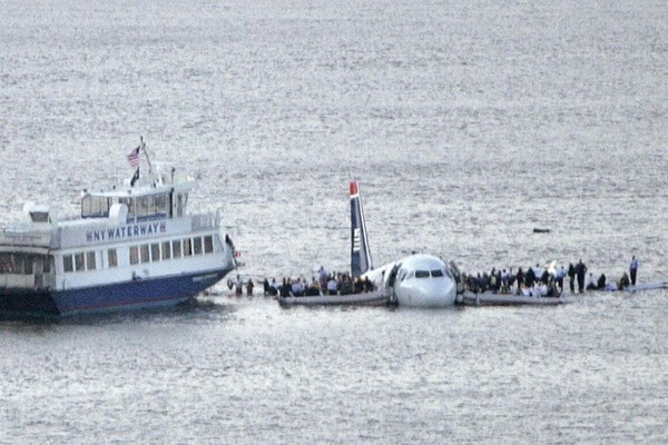 Самолет столкнулся с гусями и рухнул в реку.