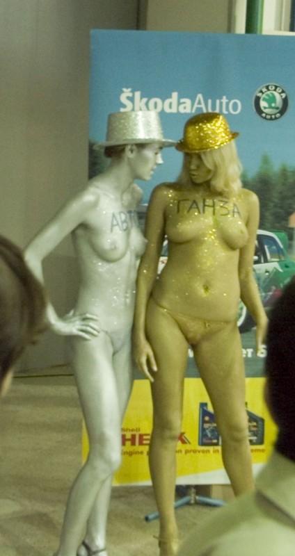 оголила голая на выставке фото они специально ради