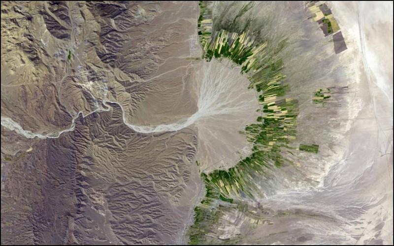 Югозападная часть Ирана. Сухое русло реки иногда дает воду этим ирригационным каналам, но ненадолго, дальше снова пустыня.