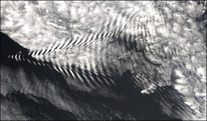 Крошечный остров Амстердам в Индийском океане делает волны. Но не в воде, а высоко в облаках.