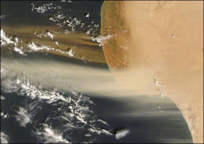 Побережье Ливии, Африка. Песок выносится ветром в Атлантический океан. Обратите внимание, что тональность разная, дует из разных мест и на разной высоте. Говорят, иногда ветер доносит песок аж до побережья Южной Америки.