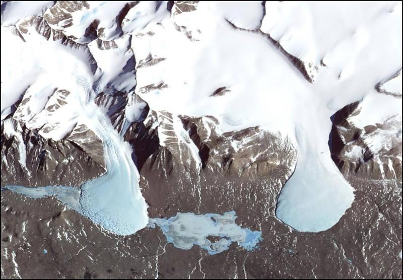 Даже на самом снежном континенте есть места, где нет снега. Антарктида. В этой долине постоянно дуют холодные и сухие ветра. С гор спускаются ледники в замерзшие озера.