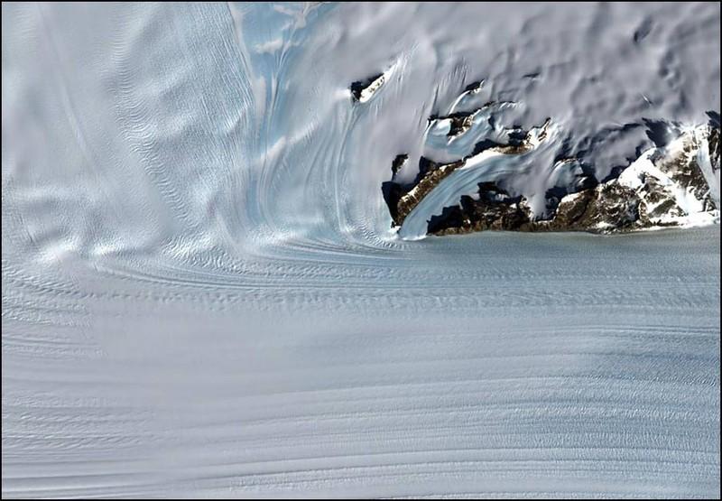 Слияние двух ледников в Антартике. Поучившаяся река льда почти 25 км в ширину и более 100 км в длину.