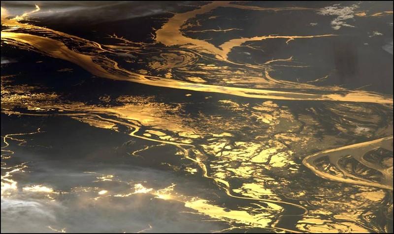 Бассейн реки Амазонки в лучах заката. Это тоже снято руками космонавта. Понятно, почему люди не жалеют денег на полет к космос.